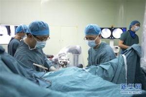 รพ.จีน ใช้หุ่นยุ่นต์เป็นผู้ช่วยแพทย์ผ่าตัด แม่นยำสูง