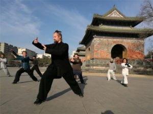 ชาวยุทธตะวันตกขึ้นบู๊ตึ๊ง ฝึกไท่จี๋ รื่นรมย์ชาจีน